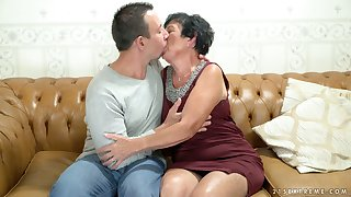Aged woman Hettie is having crazy sex fun with young nextdoor dude