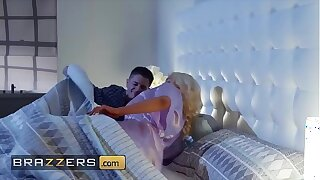 Blonde housewife (Nicolette Shea) cheats on her scrimp - Brazzers
