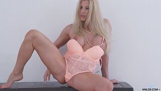 Video of busty blonde Lara De Santis having some solo fun