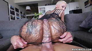 Tattooed pornstar Bella Bellz drops her fall on be beneficial to anal sex
