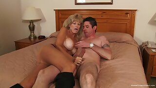 Mature gets her frontier fingers in excess of the tastiest dick she had in ages
